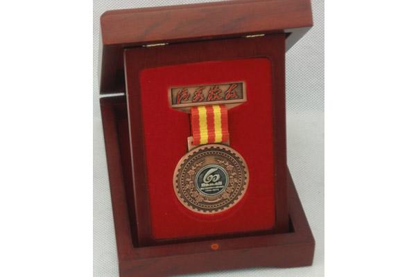 杜总被评为湖北工业大学优秀校友奖牌